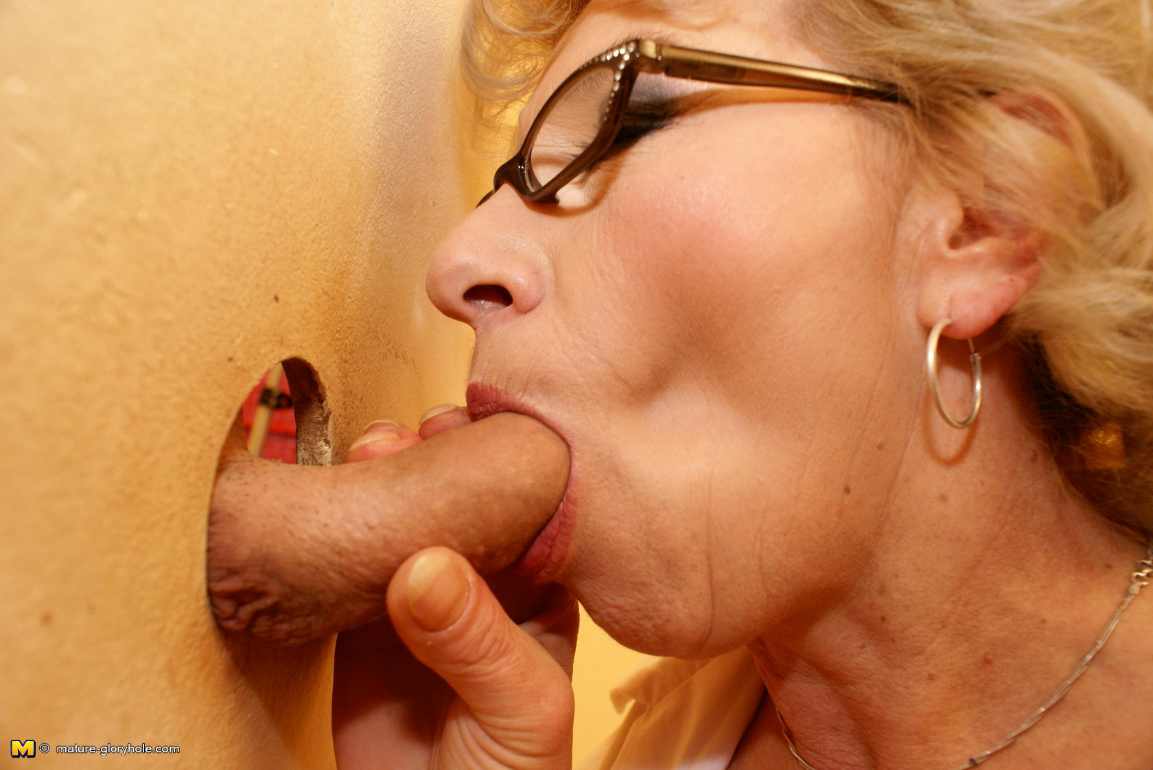 This insane mature cockslut loves to deep-throat on the crapper