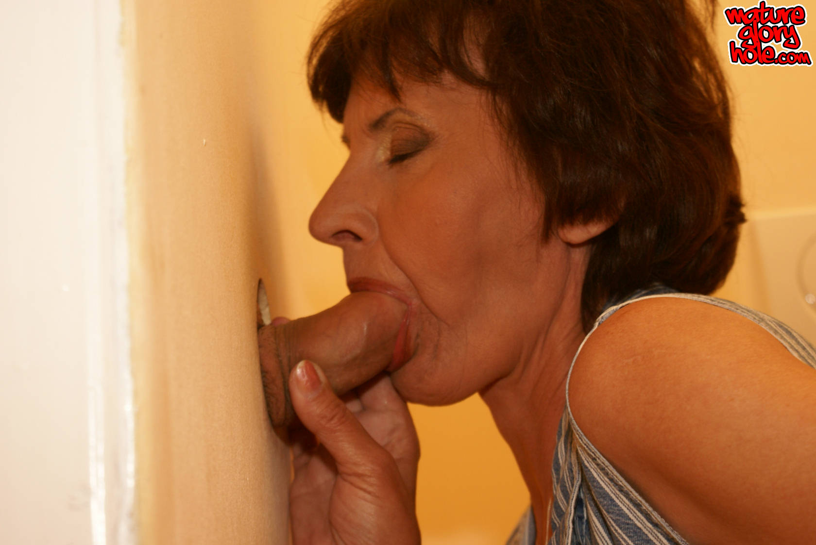 Mature mega-bitch inhaling and plowing on a toilet