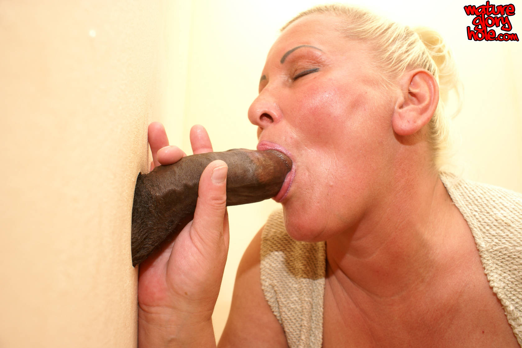 Grannie humping and deepthroating behind the gloryhole